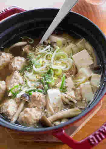 肉団子と豆腐がたくさん入ったお鍋風のスープです。いろいろな種類のキノコを加えれば、おいしい出汁に。食べ応えもよく、身体もあたたまるレシピです。