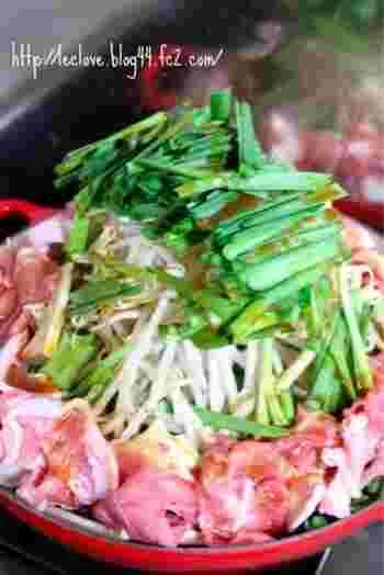 ちりとりのような四角い専用鍋に、もやしやニラなどの野菜やホルモンなどがてんこ盛りになった「ちりとり鍋」。辛味噌などで味つけされ、大阪の下町の鍋として親しまれています。野菜が多くヘルシーなので女性にも人気。専用のちりとり鍋は通販などでも購入できますが、ホットプレートなどで代用してもOK。