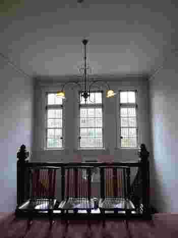 レンガ造りの華麗な建物の中では、陶磁器やガラス、漆器といった、明治期以降の国内外の工芸品を展示しています。レトロな雰囲気が漂うホールや階段も見どころのひとつです。