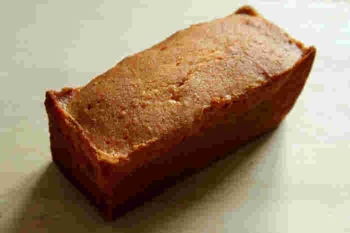 数ある商品の中でもこちらの「レモンケーキ」は、サワークリームとレモンピールを生地に加え、有機レモン果汁のシロップをしみこませた爽やかな味わいが人気。ベーキングパウダーを使わずに、卵やバターの自然の力だけで焼きあげたふわふわの生地とレモンの香りは、感動の味。