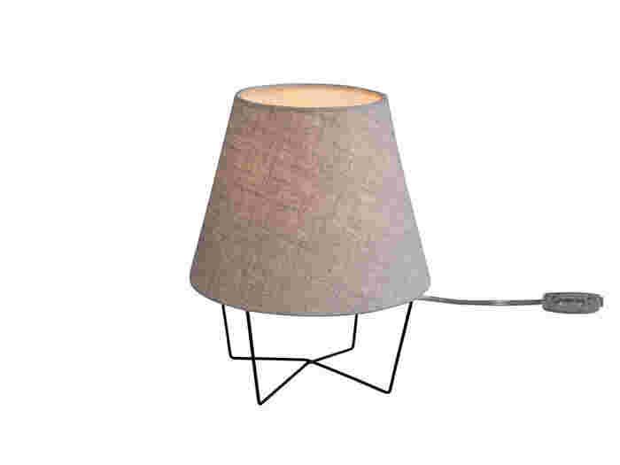 まずはじめにご紹介させて頂くアイテムは、こちらのコロンとした形が可愛い「MUSHROOM LAMP」です。大きさが20cm前後とベッドのサイドチェストにおける小さめのサイズ感はとっても便利♪