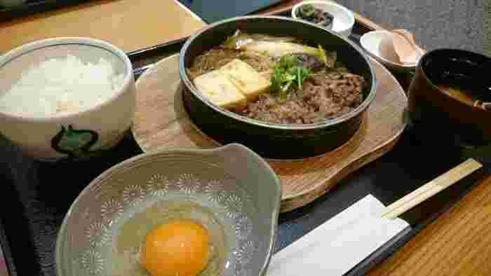 ランチで1番人気の「愛知県産尾張牛すき鍋」は、ひとりすき焼きができるスタイル。牛肉と相性の抜群の甘辛い割り下で煮込んでいるので、白いごはんがどんどん進みます。