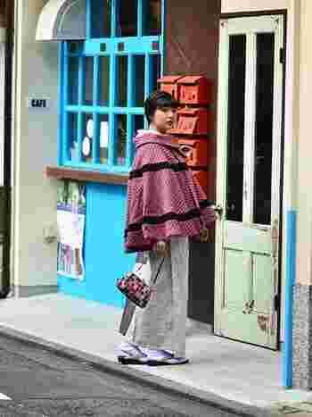 こちらはポンチョ型のコートを使ったガーリーなコーディネート。伝統的な着物用コートも現代風コートも、冬物は黒やグレーなど暗い色に偏りがち。顔色が明るく映る可愛らしい印象のピンクのコートも、ワードローブにひとつ有ると良いかも?