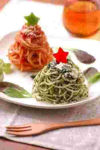 見た目も重視の方にはコチラ。ほうれん草とトマト2種類のソースで、クリスマスツリーのパスタに♪こんもりと、ツリーをイメージして盛り付けるのがポイントです。お星さまはカラフルなパプリカで。