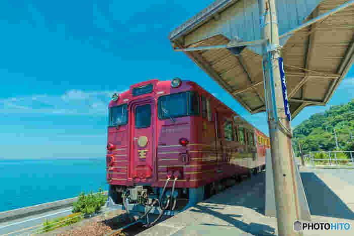 愛媛県松山駅からの伊予大須、八幡浜駅までを走る観光列車「伊予灘ものがたり」。レトロで可愛い列車に揺られながら、地元素材たっぷりの食事や美しい瀬戸内海や田園風景、雄大な肱川(ひじかわ)の絶景を楽しめます。