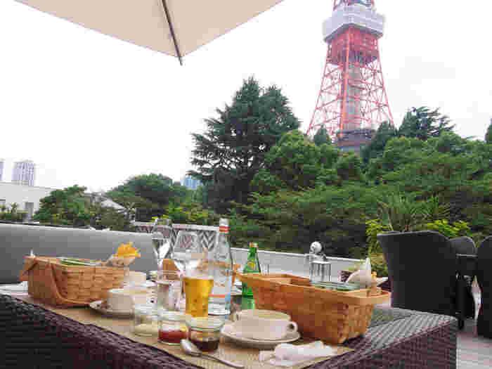東京のシンボルといえばやはり「東京タワー」ですね。東京タワーの周辺にもお店はありますが、「カフェ&バー タワービューテラス」では目の前に大きく広がる東京タワーと芝公園の自然、どちらも同時に味わえるガーデンカフェです。東京プリンスホテルの敷地内にあり、海外の方からも人気のカフェですよ。