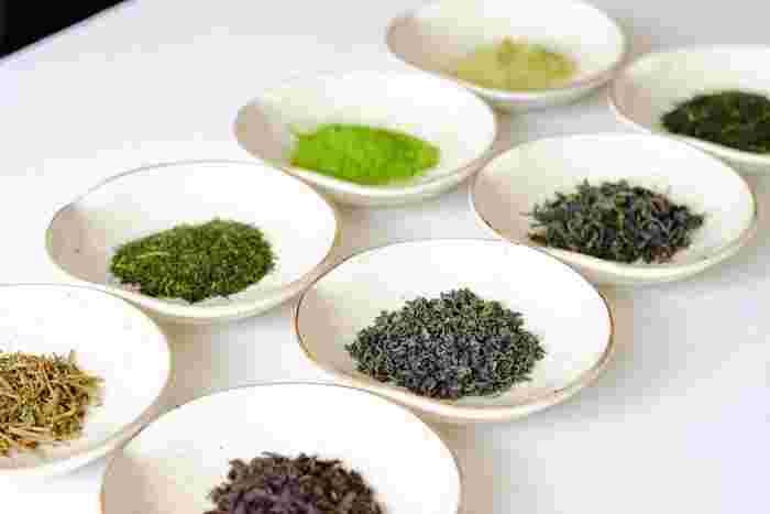 CHABAKKAで扱っている茶葉は、煎茶、ほうじ茶、釜炒り茶、和紅茶、和烏龍茶、抹茶、碾茶 (てんちゃ)の一番茶など、オーガニック栽培に特化した全15品種で、これらすべて国内総生産量の1%未満しか作られていないシングルオリジン日本茶という、とても貴重なお茶です。