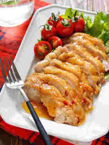 レンジで作ることができる鶏チャーシュー。火を使わないので洗い物も少なくて済みます。はちみつを加えているので、鶏肉が柔らかく仕上がります。簡単なのに本格的な味です。