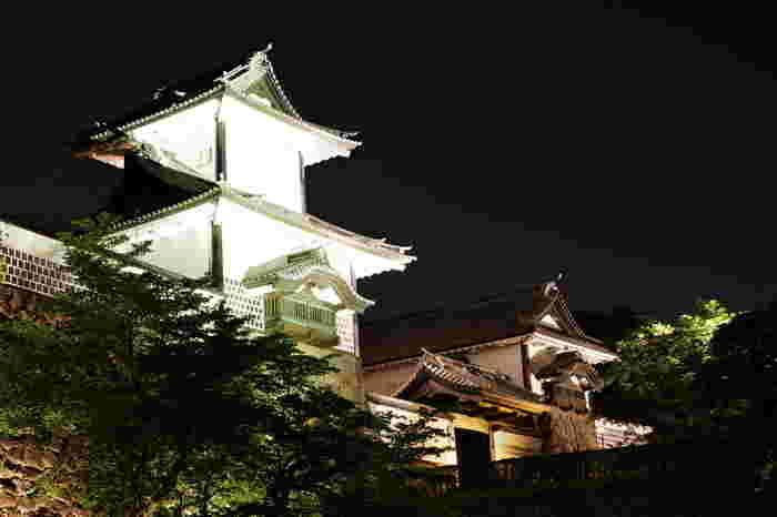 石川門では夜になるとライトアップが施されます。漆黒の世闇と、光を浴びて白く輝く白壁のコントラストは美しく、日中とは異なる風情を見せてくれます。