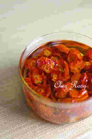 買ってきたプチトマトをオーブンで乾かして、オリーブオイルに漬けるだけ。トマトの甘みと旨みが詰まった、濃厚な味がたまりません♪そのまま食べるのはもちろん、刻んでパスタやサラダの具材にも使えます。