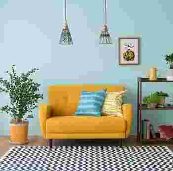 北欧インテリアの特徴とも言える、その美しい色彩。たくさんのカラーや個性豊かなデザインから選べる楽しみもありますが、あまりにも多くのカラーを使うと色の洪水になってしまうことも。  まずベースカラーをチョイスしたら、メインカラーとして1色、そしてアクセントとしてもう1色。この3つの色の中で、さらに濃淡を変えたものでコーディネートすると、部屋にまとまりが生まれます。