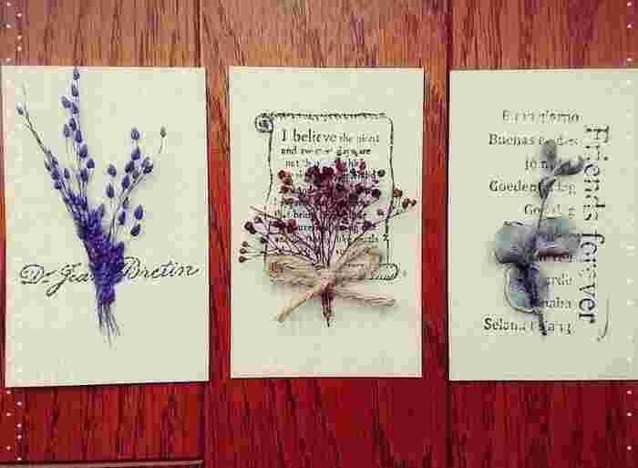 ドライフラワーをカードに貼りつけてフラワーカードにアレンジ。花の部分だけを集めてリボンで結ぶとブーケのように可愛く仕上がります。プレゼントと一緒にメッセージを書いて渡すと喜ばれそうですね。
