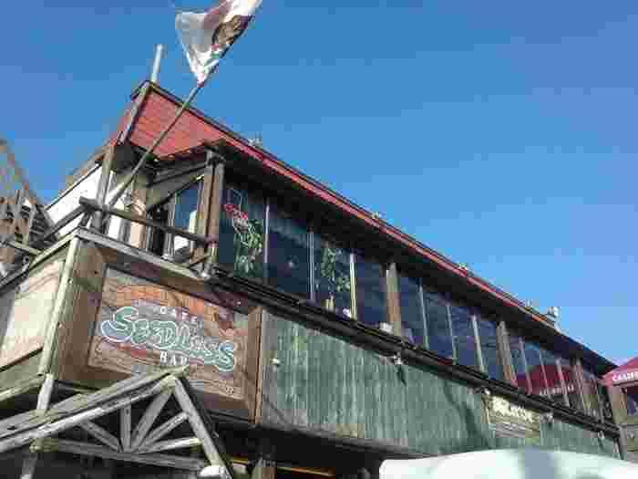 由比ヶ浜海岸の目の前に位置する、古き良きアメリカンテイストなシードレスバー