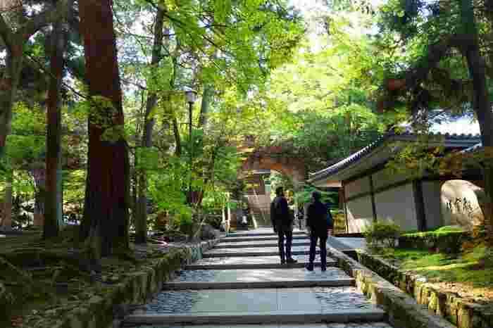 南禅寺は、元々亀山天皇が出家した際に離宮を寄進して禅寺となり、大明国師を開山とした寺院です。ここ「南禅院」は、南禅寺の発祥地で、離宮の遺跡です。水路閣をくぐり、石段を上った先に「南禅院」があります。 【11月初旬の水路閣周辺。奥のアーチに覗き見えるが「南禅院」】