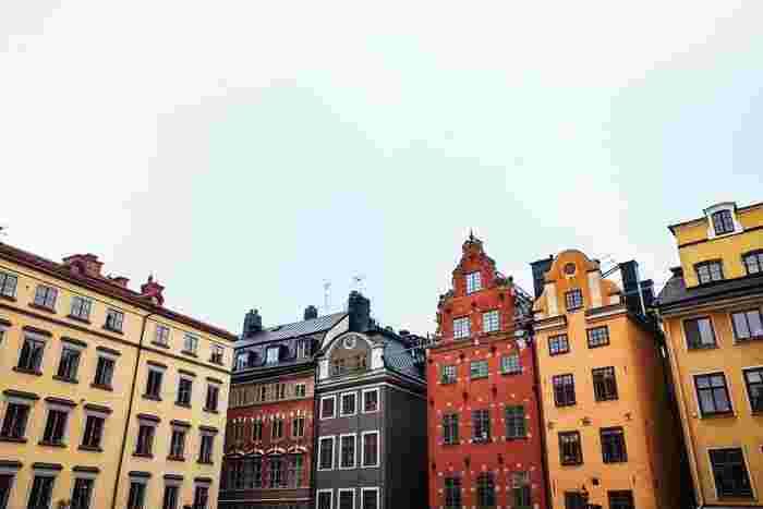 中でもおすすめスポットは、Gamla stan(ガムラスタン)です。スウェーデン語で「Gamla=古い / stan=街」という意味で、旧都市にあたります。建築物一つ一つの色が美しく、訪れた一日を魅了します。お土産屋さんも豊富なので、観光にもピッタリです。また、ノーベル博物館もガムラスタンにあるので、是非訪れてみてください。