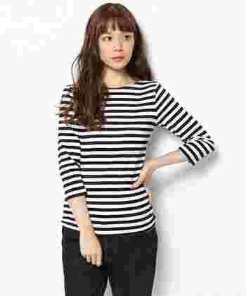 可愛らしく魅力的なテキスタイルで人気のブランド「marimekko(マリメッコ)」。定番の七分袖Tシャツは、ポートネックと程よくフィットする着心地で、体のラインをきれいに見せてくれます。