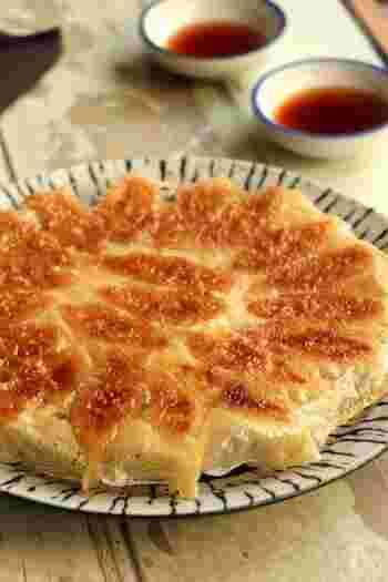 人気の羽根つき餃子。でもうまく焼けなくてという方、羽根つき餃子はコツを覚えれば以外に簡単♪こちらのレシピは焼き方だけでなく、餃子も作りやすいよう、キャベツではなく玉ねぎが使われています。羽根つき餃子をうまく焼くポイントは、羽根になる薄力粉に水ではなく、熱湯を混ぜること。熱湯を使うとねばりが出て羽根ができやすくなるので、お湯の用意を忘れずに。
