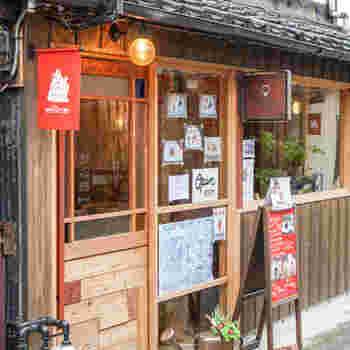 「Karamell (キャラメル)」は、猿沢池近くの路地裏にあるカフェ。ならまち散策の途中で立ち寄りたくなる可愛らしい外観です。
