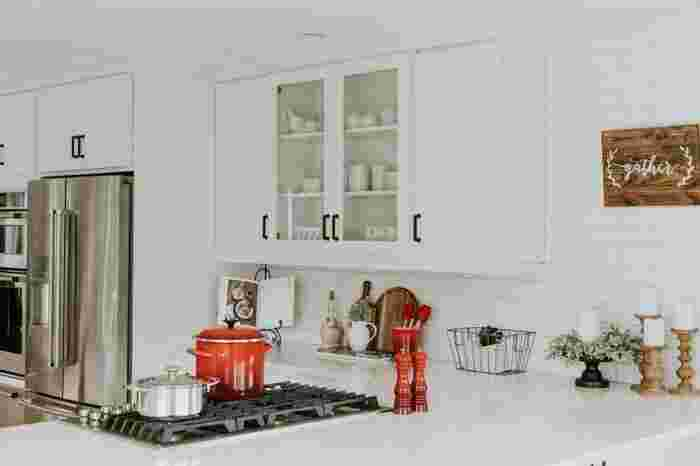 """常に清潔を保っておきたいキッチンは小まめな除菌が大切。調理器具はもちろん、食材が直接触れる恐れのある調理台やシンクも注意が必要です。調理スペース、調理器具ともに""""使用前""""のアルコール除菌を忘れないようにしましょう。"""
