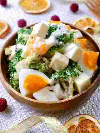 ブロッコリーと半熟卵、ベビーチーズを、粉チーズ入りのチーズドレッシングであえていただく、子どももよろこぶサラダ。彩りも良く、ブロッコリーは冷凍のブロッコリーで簡単に作れるので、前述した保存方法でしっかり冷凍保存しておくといざというとき便利です。