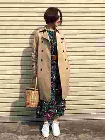 スカートやワンピースとも相性がよいトレンチコート。甘いコーデをトレンチが大人っぽく仕上げてくれますね。春先には花柄のワンピースなどあわせて華やかに着こなして。