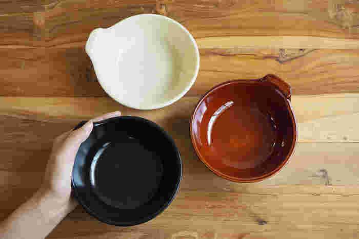 冬といえば鍋料理。ひとりひとりが取り分け皿として使うとんすいを、おしゃれなものに変えてみませんか?土鍋にもよく使われる萬古焼のとんすいは、しっかりとした質感と温かみが手に伝わります。どんな料理にも合うシンプルなスタイルで、一般的なとんすいより大ぶりなので、スープボウルにしたり、おかずを盛り付けたりと普段遣いにも役立ちそうです。