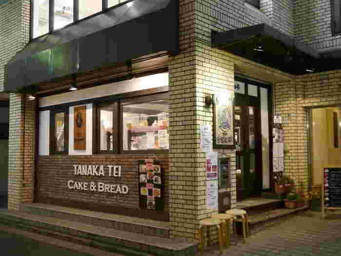 こちらは長年愛されているパン屋さん「多奈加亭」。