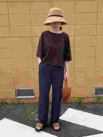 ブラウンのTシャツにネイビーのパンツ。なんでもないようで、生地の質感や小物の使い方などこだわりが垣間見えるスタイル。カジュアルだけど、品良くノーブルにまとまっています。