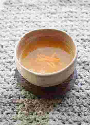 くず粉とみかんの果汁、おろししょうがをお鍋で煮て丁寧に作る葛湯です。みかんの皮も使うので、香りも良くてぽかぽかとあったまります。甘みが足りなければ、ハチミツを加えるのがオススメです。