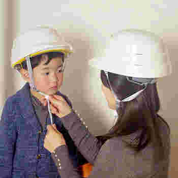 装着も簡単。まず被ってから左右を掴んで下におろし、後部とあご紐を調節したらOK。大人用と子供用の2サイズあるため、家族みんなで使えまよ!