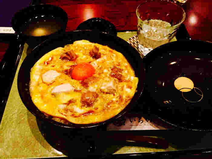 江戸時代から続く鶏料理専門店である本家の伝統を受け継ぎ、鶏肉・玉子・割り下の三味一体を信条にしてます。出汁の効いた親子丼は、さすが名店!と感動するほどのおいしさです。