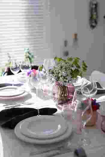 夏の女子会の場合は、涼しげなガラスをベースに、ピンクをアクセントカラーに効かせたロマンティックなテーブルはいかがでしょう?お花見シーズンにもぴったりですね。