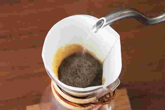 CHEMEXで作るコーヒーの味をより楽しみたい方は、「アクセサリー」も一緒に揃えてみませんか?こちらは先ほどご紹介したコーヒーメーカー専用のフィルターです。一般的に販売されているコーヒーフィルターよりも20~30%の強度があるため、渋みの原因となる酸味や油分をしっかりと取り除くことができ、すっきりとした味わいの美味しいコーヒーを抽出できます。