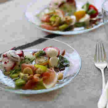透明感のあるガラスのプレートは、見た目にも涼しげで夏のテーブルにぴったり。フレッシュなサラダやマリネをはじめ、冷たい麺類にも合いそうです。
