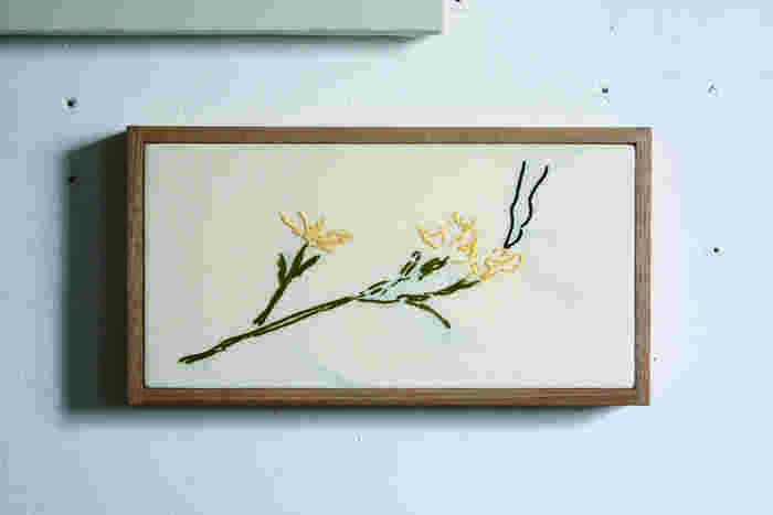 ナチュラルな雰囲気のお花の刺繍が可愛い作品です。どことなくホッとするような素朴なチェーンステッチが美しいですね。