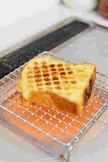 焼き方にこだわりたい方におすすめなのが、焼き網です。直火で一気に焼き上げることができるので、香ばしくふんわりしたトーストを楽しむことができます。