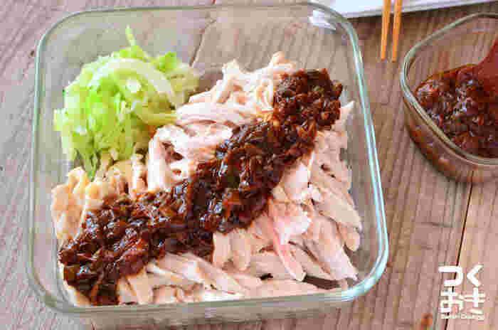 時間がかかりそうな蒸し鶏も、シリコンスチーマーを使えばなんと3分の過熱でOK!茹で鶏は時間がかかりますが、より柔らかく仕上がります。その時々で調理方法を使い分けたいですね。
