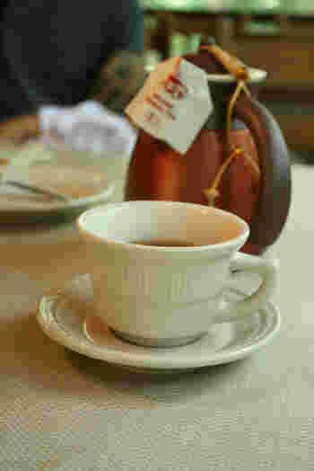 紅茶、コーヒーはポットでサービスをしてくれます。 暖かい心遣いがうれしいですね。