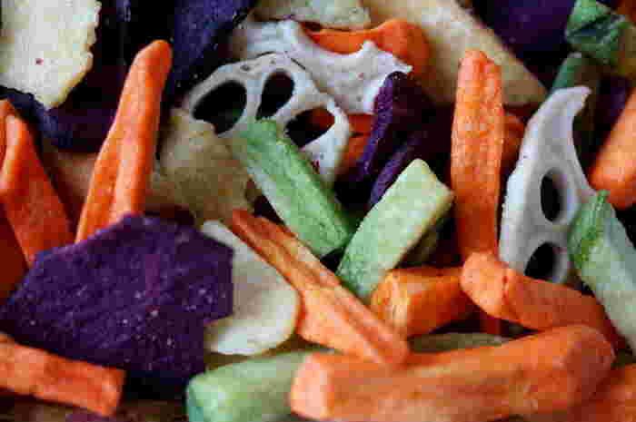 干した野菜はカットしてお味噌汁に加えたり、オイルに漬けたり、煮物にしたりと用途は未知数です。  さらに、干し野菜をミックスにして瓶に入れておくと、煮物や炒めなどに手軽に使えて便利です。