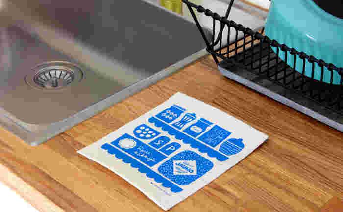 シンプルで爽やかなブルーのスポンジワイプ。デザインはキッチンクロスと同じ、レーナ・キソネンさん。実は北欧の家庭ではスポンジワイプは日常的に使われている便利なアイテムなんです。