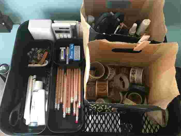 細々した小物をペーパーバッグや保冷バッグの中に入れるだけで、スッキリとおしゃれに収納できますよ◎。リビングの小物収納でお悩みの方は、ぜひ以下のリンク先の収納アイディアをヒントにしてみてくださいね。
