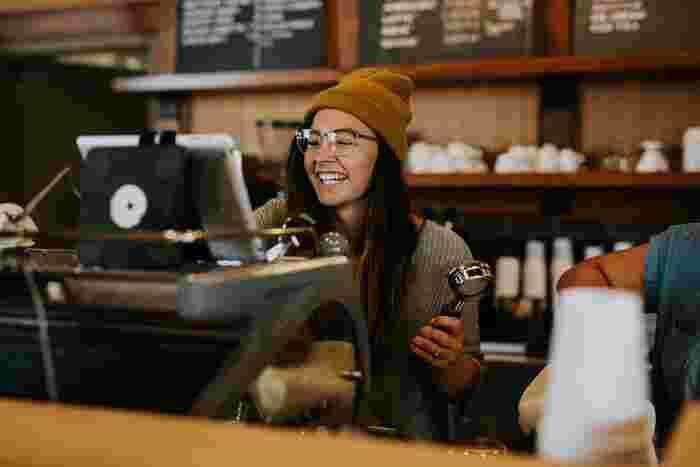 """日本では中々自分から話しかけることができない、という方も、海外では勇気を持って話しかけてみて。相手は案外簡単に受け入れてくれるものですよ。例えば、コーヒーショップでコーヒーを選ぶ際、バリスタの方へ""""Do you have any recommendations?""""「何かおすすめのものはありますか?」と尋ねるだけで、プロの意見を教えてくれますよ。"""