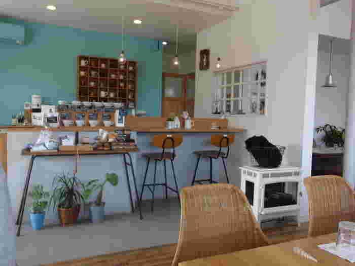 店内に入ると外観と同じくホワイト×ブルーのカラーリング。エアコンの色までブルーになっていて、お店のこだわりが感じられます。そこに木の温もりが加わり、居心地の良い空気感を作り出してくれています。 壁面の棚やカウンターなど、たくさんのかわいらしいマグカップが飾られていて、食器好きの方にはたまらない空間です。