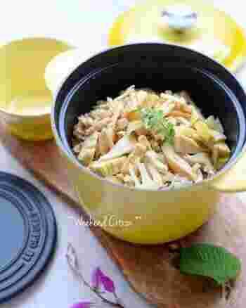 旬食材をつかって作る混ぜご飯や炊き込みご飯は、いつもの卵焼きや唐揚げ、旬の青菜のおひたしなどをプラスするだけで、旬を取り入れたお弁当が簡単に完成します。このたけのこご飯は、市販のつゆのもとで作るので失敗知らず。ご飯の上に木の芽を添えてあげて、彩りと香りも楽しみましょう。