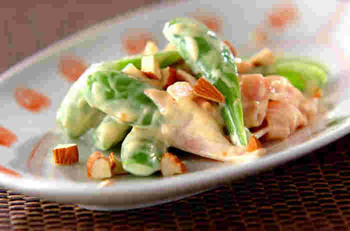 材料5つでできる、スナップえんどうの前菜。スナップえんどうやアーモンドの食感が楽しく、ついつい箸が止まらなくなります。手軽で美味しいので、ぜひ覚えておきたいレシピです。