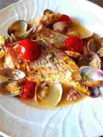 魚介類とトマトを煮込んだイタリア料理、アクアパッツァ。イタリア料理店だと魚丸ごと一匹を使ったものが出てきますが、切り身で作ることもできるんです。見た目も華やかなので、おもてなし料理にも。