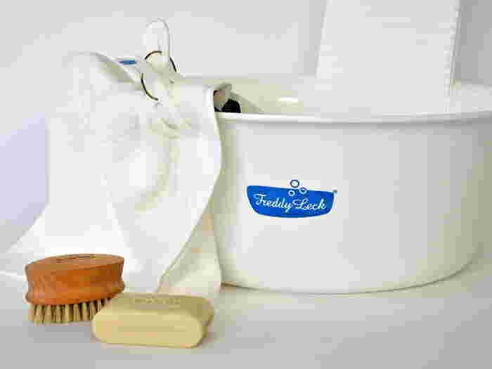 桶などに洗剤を溶かし、優しく押し洗いします。20回から30回ほど繰り返したら、水を替え、同じようにすすぎます。洗濯機で軽く脱水をかけ、かたちを整えて、天日干ししましょう。