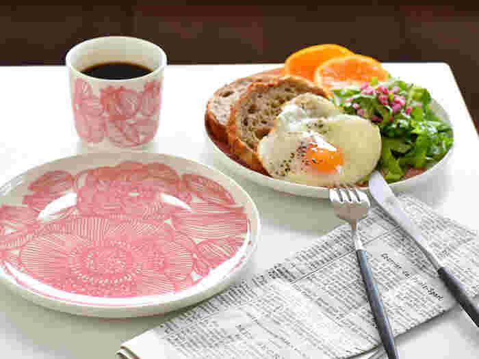 繊細でいて大胆なデザインのマリメッコのKURJENPOLVI(クルイェンポルヴィ)。大柄ですがやわらかな色合いなので、意外とどんな料理にも馴染みやすいんです。淡いピンク色が、テーブルに柔らかな風を運んでくれそう。