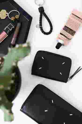 フランスが拠点のファッションブランド「Maison Margiela(メゾン・マルジェラ)」。既存概念を問うようなユニークなスタイルのコレクションで知られ、パリコレを牽引する存在となっています。  そんな、ファッショニスタからも憧れブランドとして名高いマルジェラのお財布は、かっこいい大人女性のファッションにぴったり。  こちらのお財布のラインでは、4本のステッチがアクセントになっています。