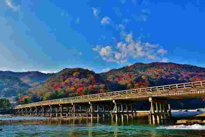 紅葉が美しいことで有名な、京都・嵐山。渡月橋、常寂光寺、二尊院など紅葉の名所が多くある嵐山は、京都の中でも特に人気のスポットとなっており、毎年多くの観光客で賑わいます。